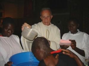 Padre Angelo mentre celebra il battesimo a Gasura